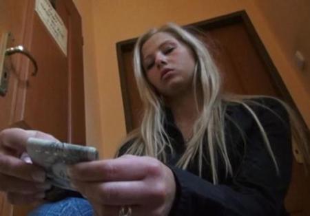 Девчонка очень любит деньги